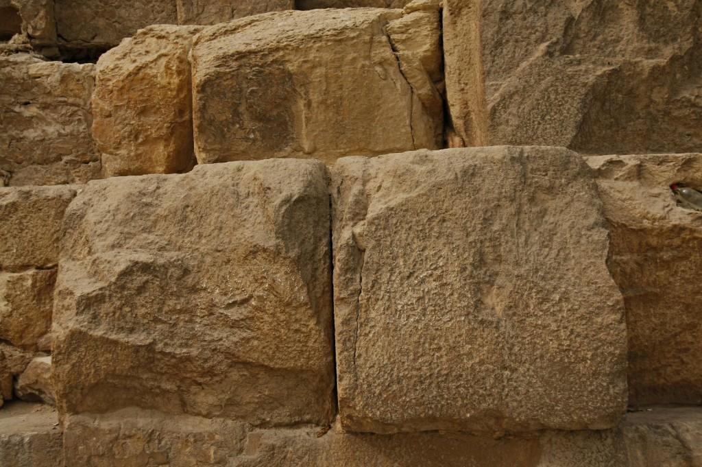 De enorme blokken liggen strak tegen elkaar aan, er kan geen mes tussen.