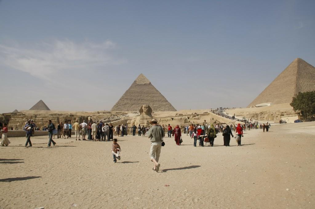 Op weg naar se sfinx, op de achtergrond de grote piramide.